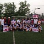 Các cầu thủ YES và đội cổ vũ chụp ảnh với 2 huấn luyện viên