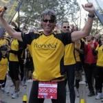 Engels vui mừng khi cán đích tại Barcelona, Tây Ban Nha. Lập kỷ lục chạy marathon trong 365 ngày