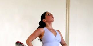 Tư thế xoạc chân yoga - Quỳ giãn gối dựa vào tường