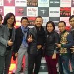 Những anh em chơi thân với ban nhạc Bức Tường chụp nhân dịp ban nhạc ra đĩa thứ 5: Đất Việt